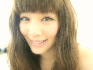 弾ける程の笑顔を浮かべながら自撮り撮影をしている岡本杏理