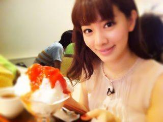 かき氷を食べている岡本杏理