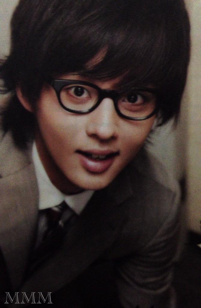 スーツにメガネの藤ヶ谷太輔