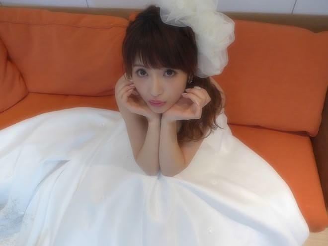 白いドレスを着ている舟山久美子の画像