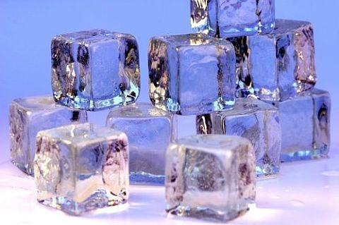 氷みたいな世界観が美しい。ブルーやクリスタルの冬デザイン。