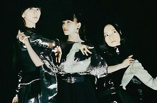 perfume3人白黒のかっこいい動きをする壁紙