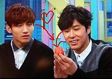 イチゴを眺めるユノとそのイチゴを食べたそうに見るちゃんみなの画像(プリ画像)