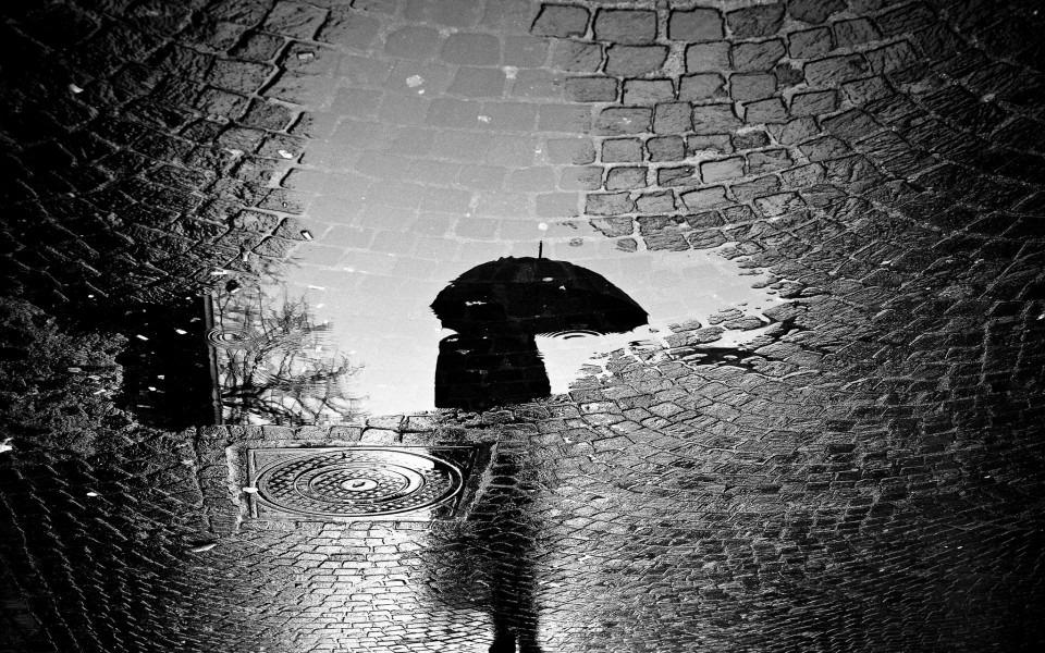 レンガと雨のモノクロ・白黒写真の壁紙
