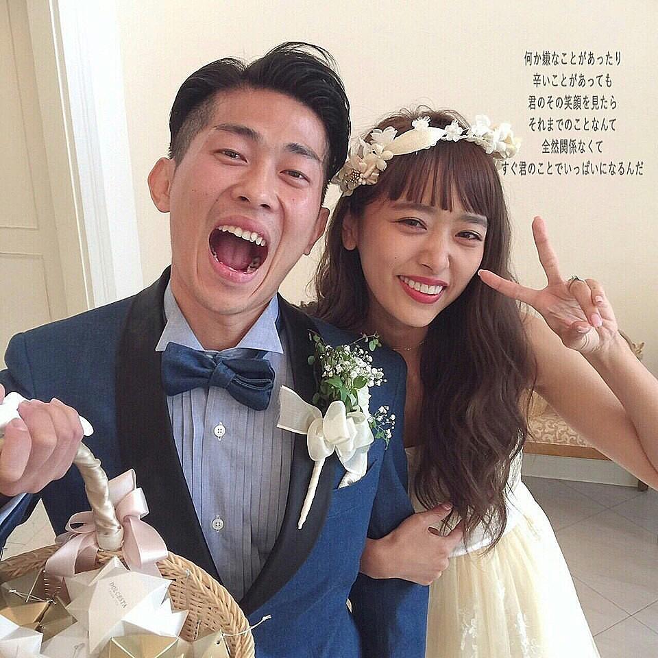 ウエディングドレス姿で太田とツーショット撮影をしている近藤千尋