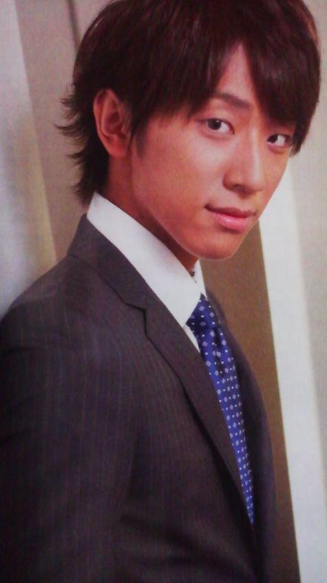 スーツ姿の小山慶一郎