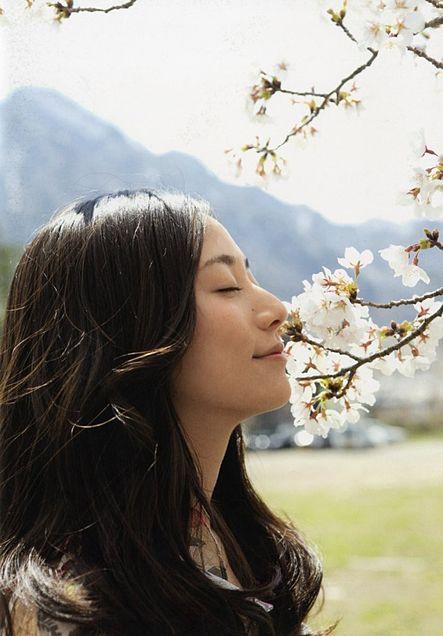 桜の花にご機嫌そうな木村さん