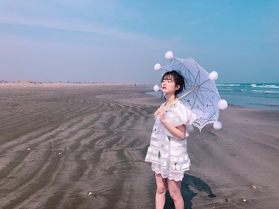 かわいいパラソルと個性的な衣装のかっこいい生田絵梨花(乃木坂46)の画像です。