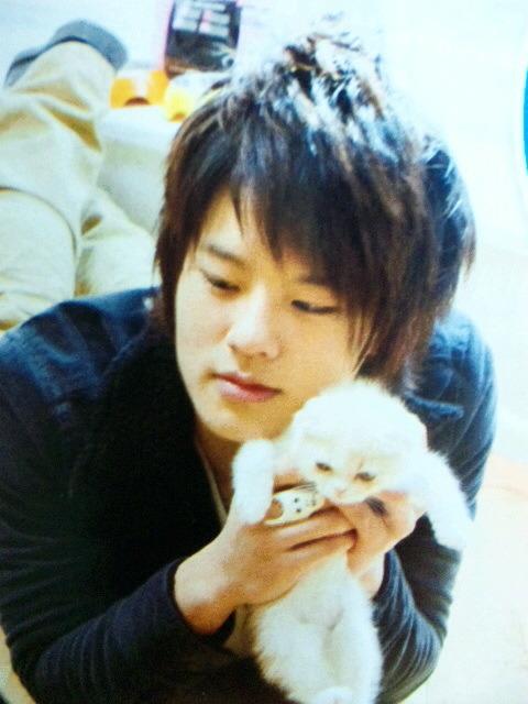 猫と遊ぶ岡本圭人