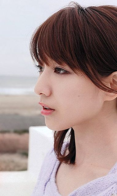 遠くを見つめる田中アナ