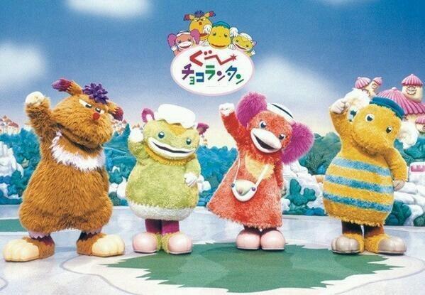 スプー、アネム、スズ、ジャコビが手をあげている1枚です。