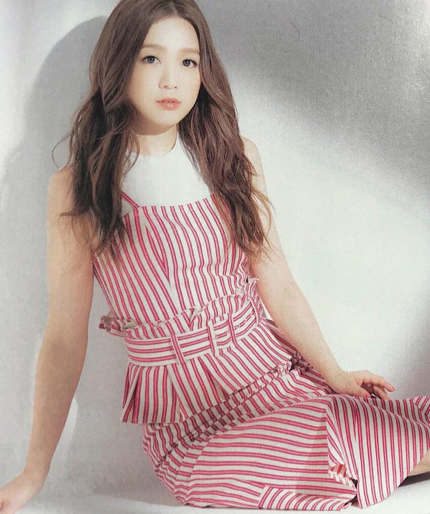 ar6月号で赤×白衣装の西野カナ