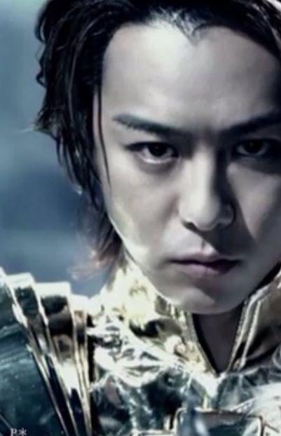 ゴールドの衣装を着てする同表情をしているEXILEのTAKAHIROの画像