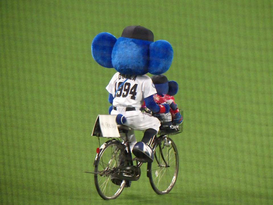 自転車に乗るドアラ高画質画像です。