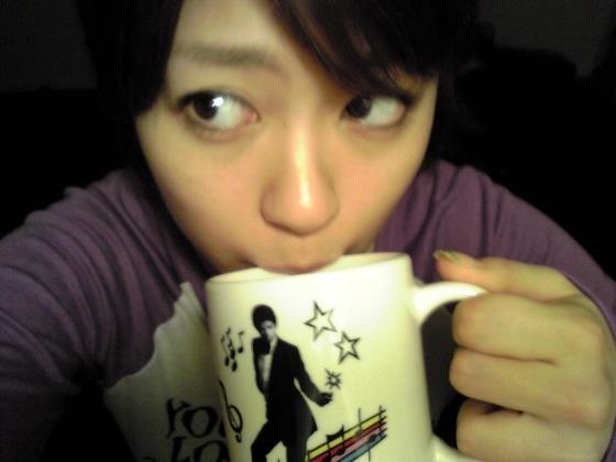 マグカップに口をつける宇多田ヒカル