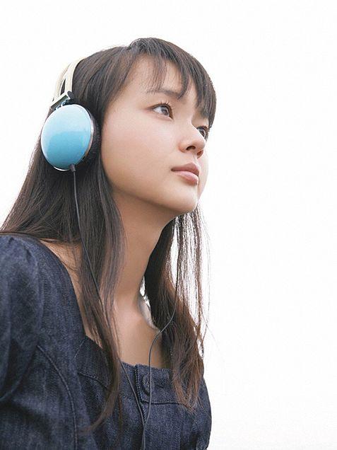 音楽を聞く多部未華子