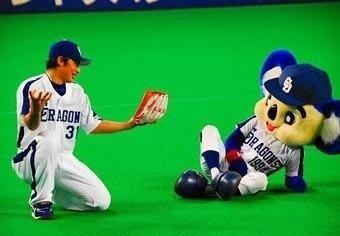 森野選手と仲良くしているドアラです。