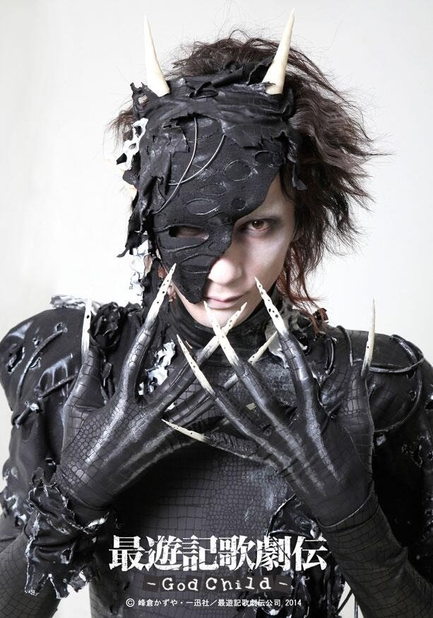 真っ黒な衣装を着る村田充