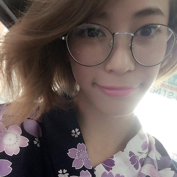 丸メガネに浴衣の坂田梨香子