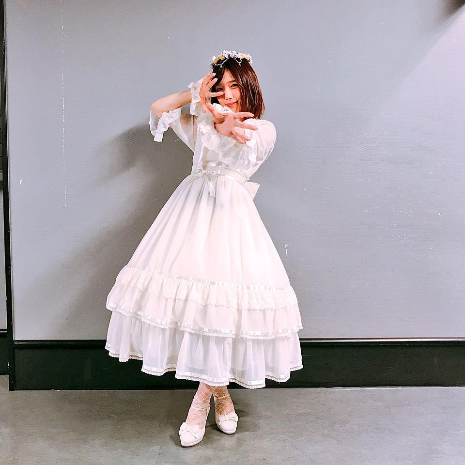 白のドレスに身を包む内田真礼