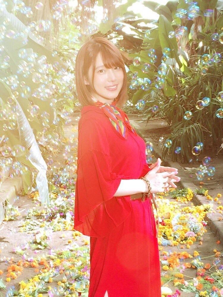 真っ赤な艶やかな服を着る内田真礼