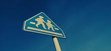 夕暮れの道路標識の画像(道に関連した画像)