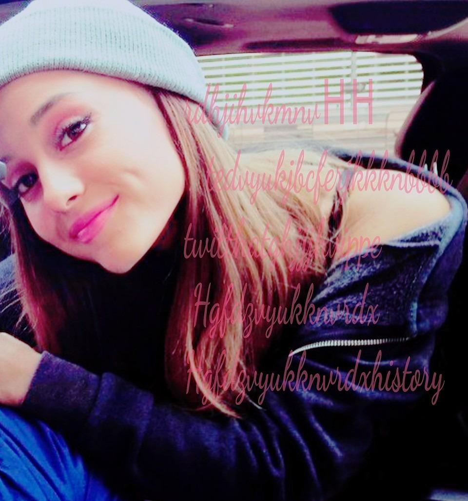 ニット帽で微笑むアリアナ・グランデ