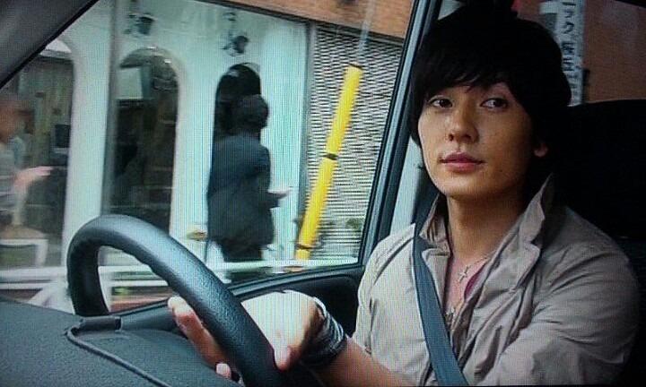 車を運転する山村隆太さん