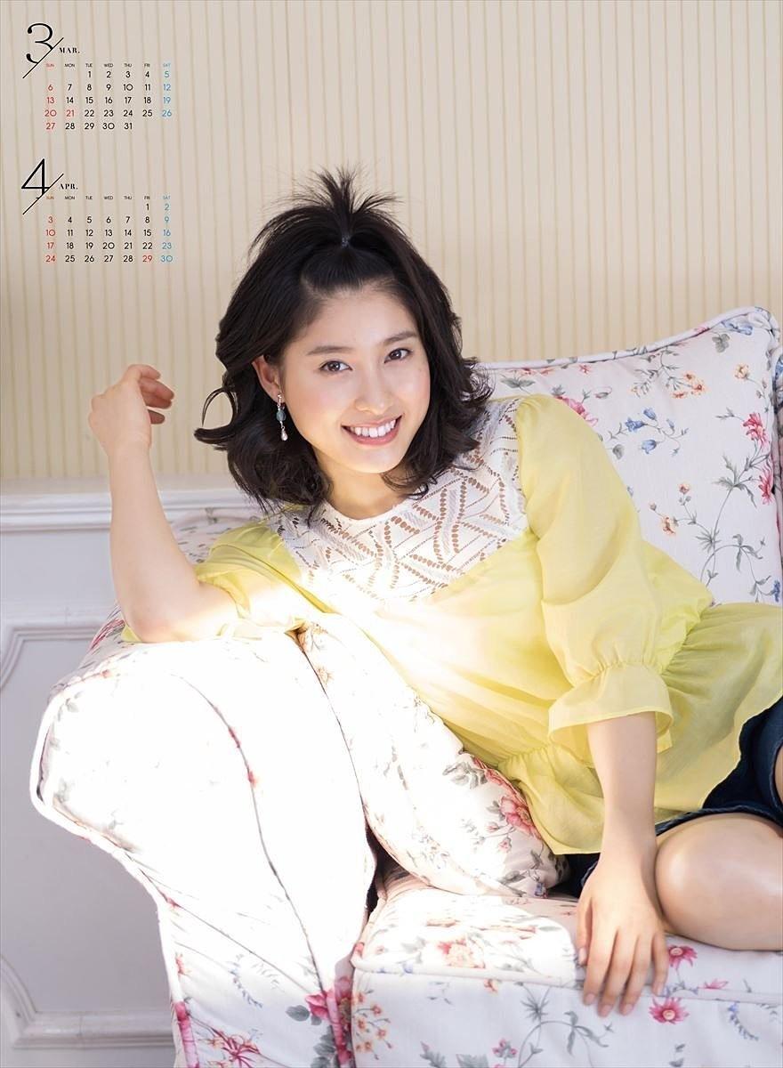 頭の上で髪の毛をくくってソファーに座ってくつろぐ土屋太鳳