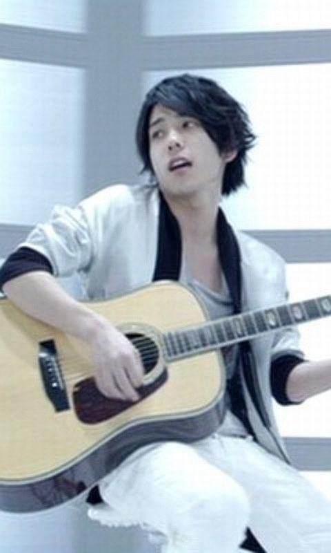 ギターを弾く二宮和也
