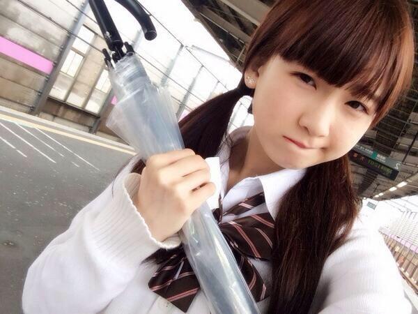 傘を持って渋い顔をする金子理江