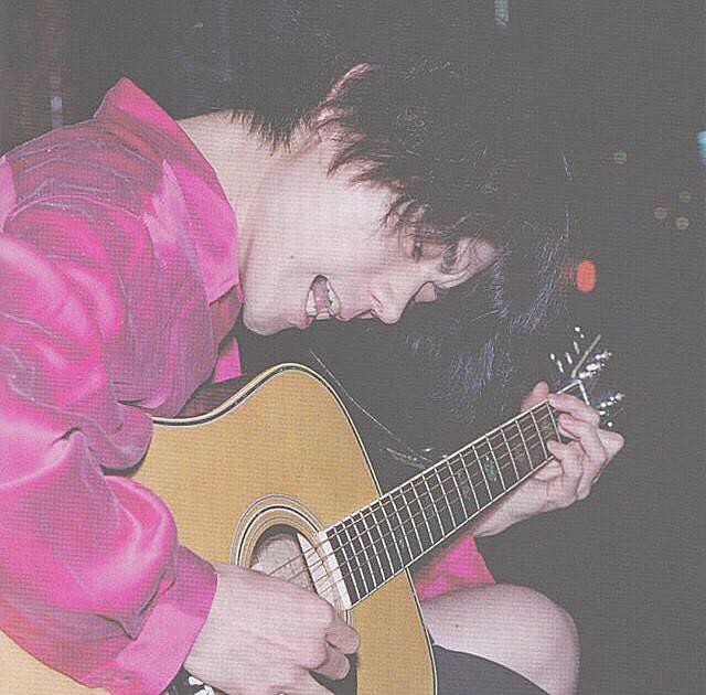 ギターを弾く菅田将暉がかっこいい