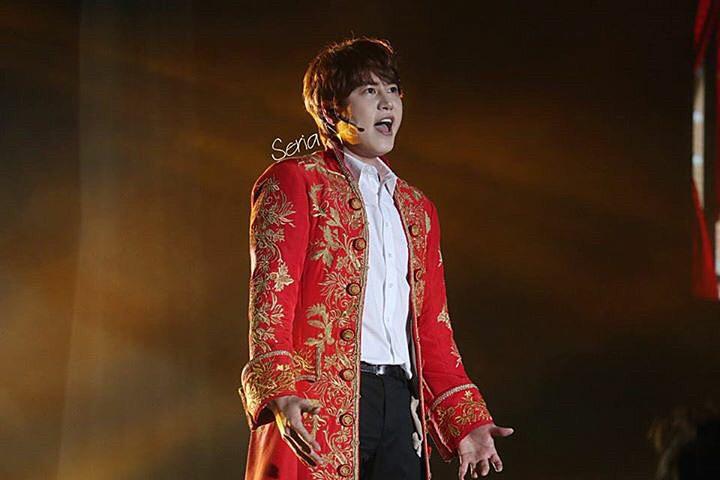 歌っている王子様の恰好をしているキュヒョンの高画質画像です。