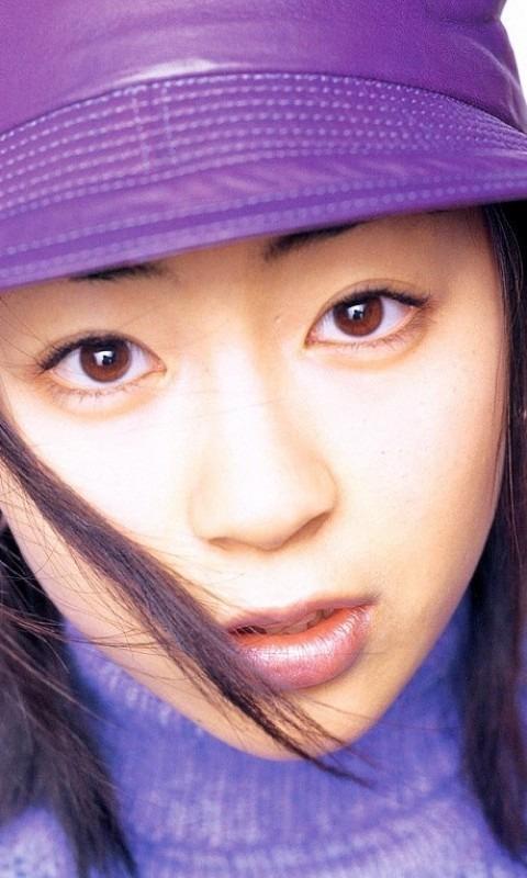 紫色の帽子を被った宇多田ヒカル