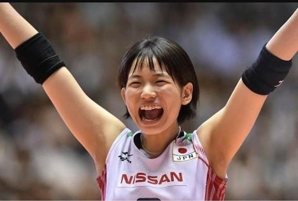 両手を広げて喜ぶ可愛い古賀紗理那