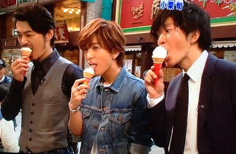アイスをほおばる