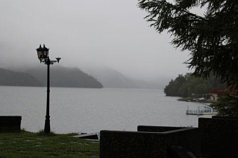 モノトーンの中禅寺湖の画像(プリ画像)