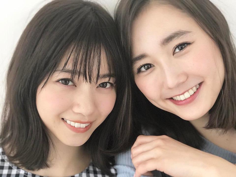 笑顔を浮かべている西野七瀬と鈴木友菜
