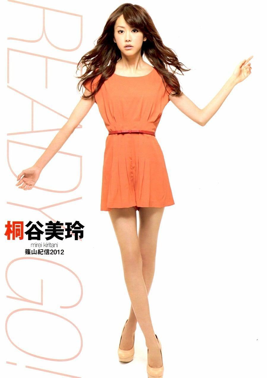 オレンジのワンピースを着る桐谷美玲