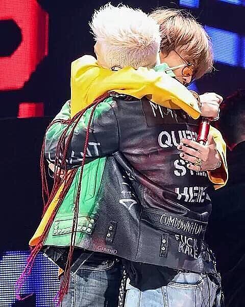 ジョンとSolがライブで抱き合っている高画質画像です。