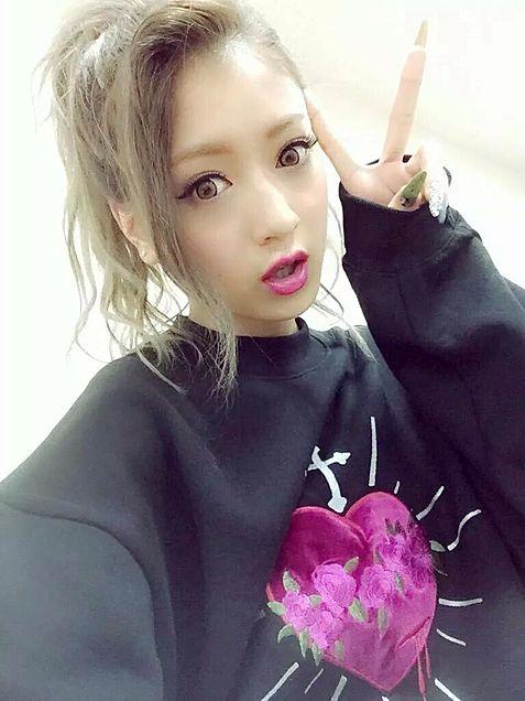 ピースサインをする池田美優。