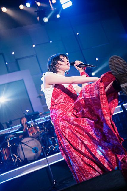 赤いロングスカートのかっこいい家入レオ