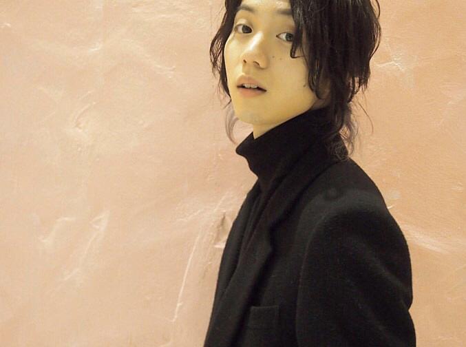 長い髪がおしゃれでかっこいい小越勇輝
