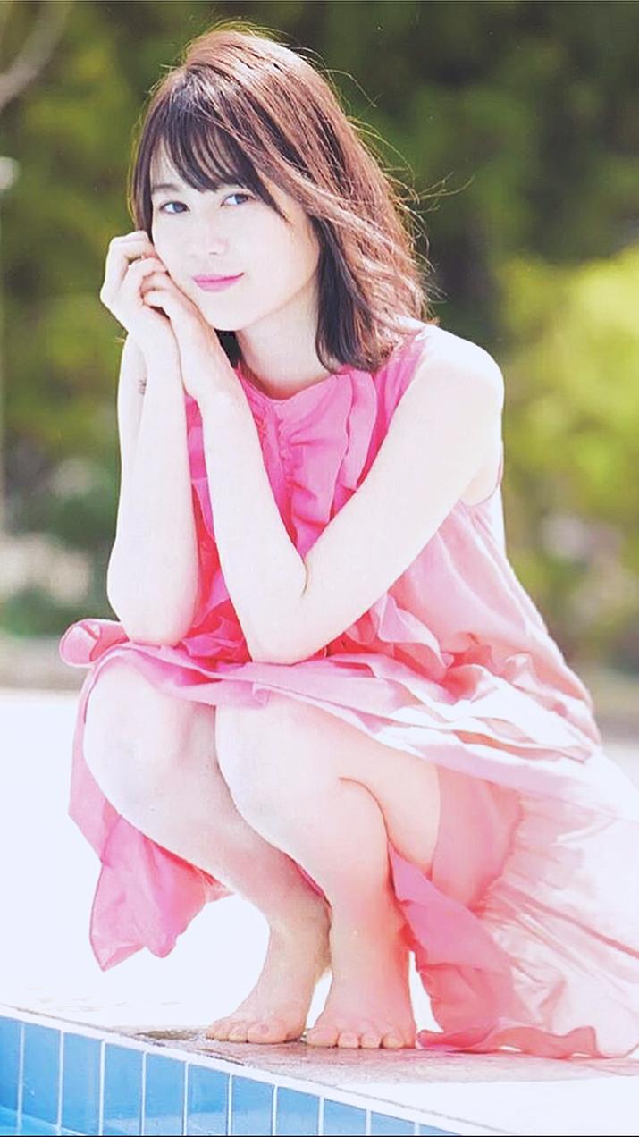プールサイドでピンクの衣装がキマッテいます。生田絵梨花(乃木坂46)のかっこいい画像です。