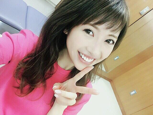 笑顔でピースをする舟山久美子の画像