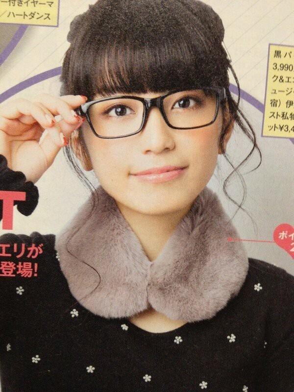 メガネをかけたmiwa