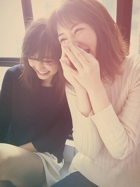 両手で顔を押さえる程の笑顔を浮かべている岡本杏理
