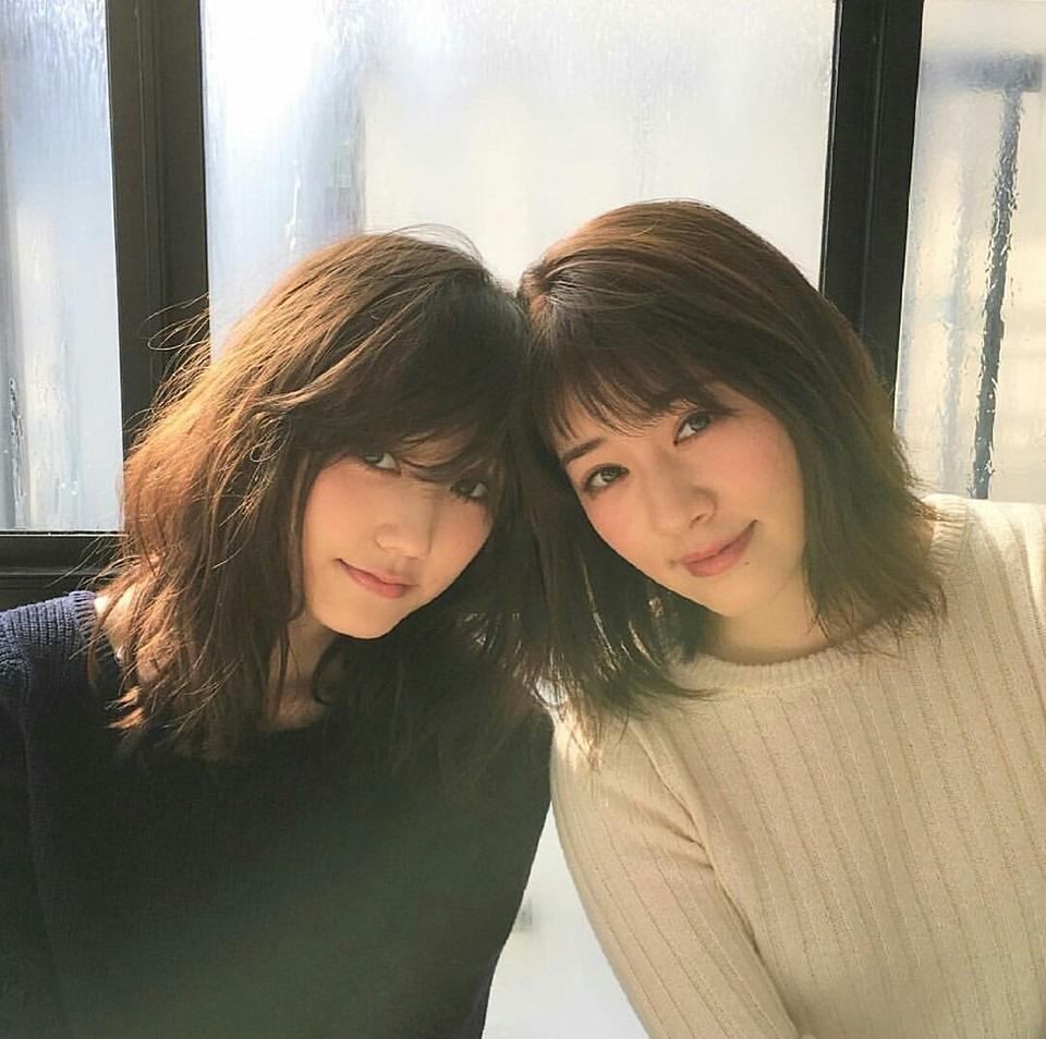 鈴木友菜とツーショット撮影をしている岡本杏理