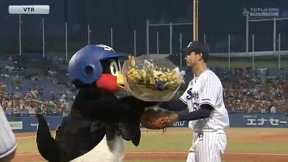 花束を渡しているつば九郎です。