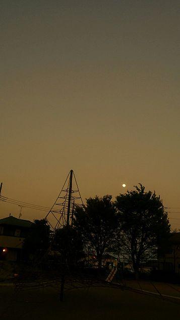 いつもの公園とお月さまの画像 プリ画像